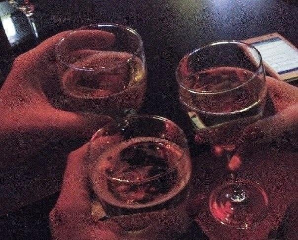 фото бокалов с вином в клубе отстранился