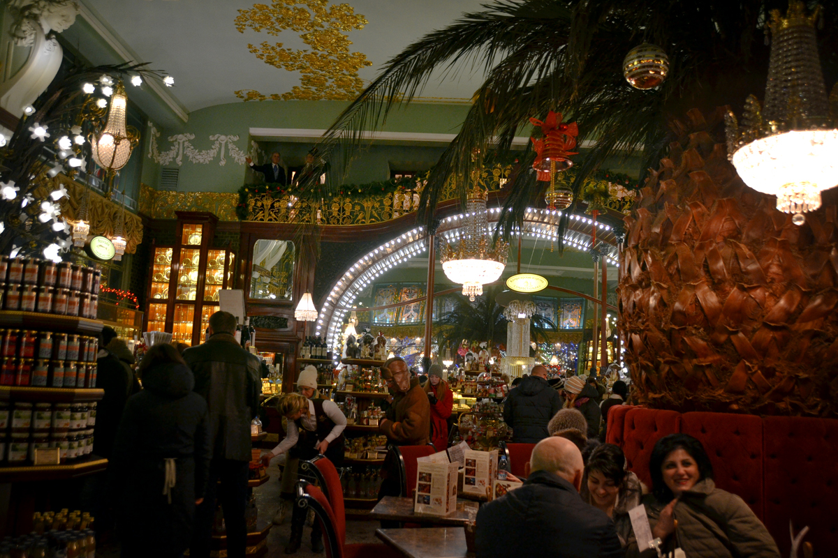 4. Площадь гастронома не очень большая. Прилавки расположены по периметру, а в середине зала - большой ананас и столики с мягкими диванчиками.